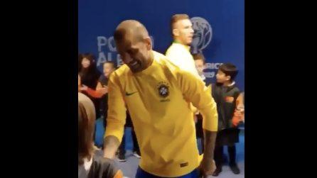 Il bellissimo gesto di Dani Alves prima della partita: saluta tutti i bambini nel tunnel