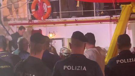 Sea Watch, l'arresto della comandante: portata via dalle forze dell'ordine
