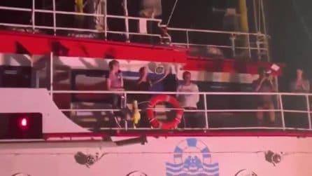 """Sea Watch, applausi a Carola Rackete al momento dell'attracco a Lampedusa: """"Grande capitano"""""""