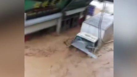Camion spazzato via dal fiume di fango: il maltempo spaventoso