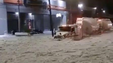 La grandine seppellisce la strada: i veicoli avanzano con fatica