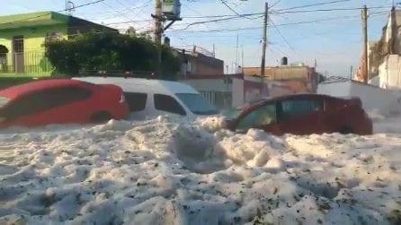 Grandinata spaventosa in Messico: le auto coperte dal ghiaccio