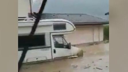 Inondazioni spaventose: l'acqua penetra fin dentro le case
