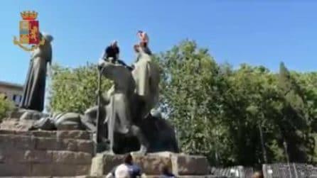 Roma, si denuda e sale sulla statua di San Francesco: viene salvato dai poliziotti