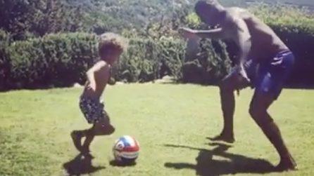 """Boateng gioca col figlio: il doppio passo di Maddox """"ubriaca"""" l'ex Milan"""
