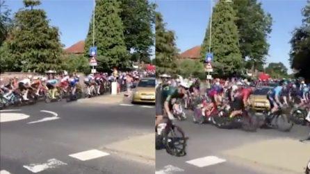 Ciclisti sbagliano strada durante una corsa: l'errore è tutto da ridere