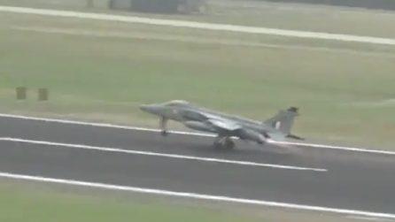 Il jet decolla, si scontra con uno stormo di uccelli: pilota sgancia le bombe per salvarsi la vita