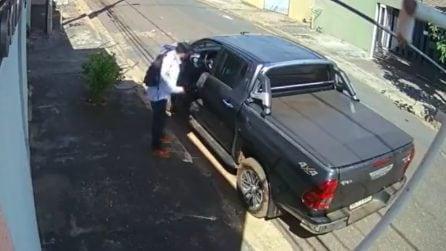 Il rapinatore si presenta con una pistola ma quando apre lo sportello scappa via impaurito