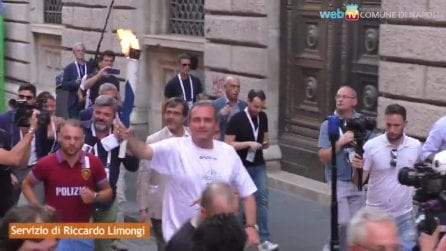 Luigi De Magistris con la torcia dell'Universiade 2019 per le strade di Napoli
