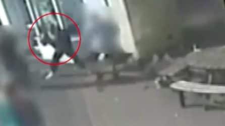 Uomo colpito violentemente in faccia con un martello dopo una rissa tra cani