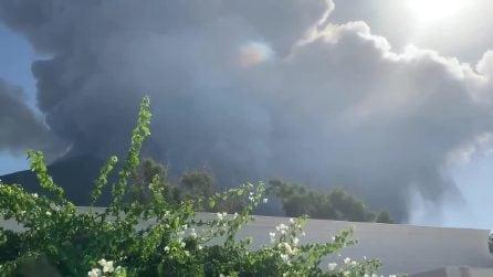 Erutta lo Stromboli, esplosioni violente dal cratere del vulcano sull'isola siciliana