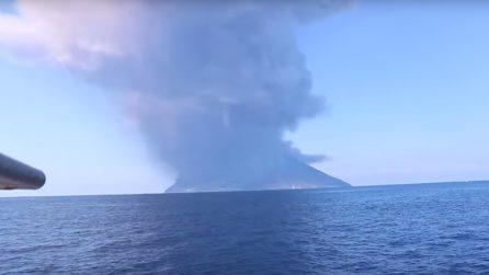 Eruzione Stromboli, esplosioni sull'isola: la colonna di fumo e cenere è altissima