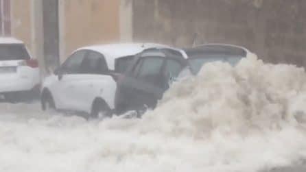 Maltempo Sicilia, allagamenti e auto trascinate in mare