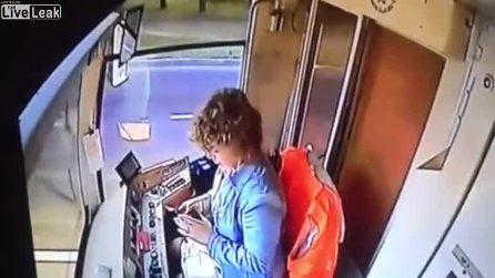 Autista scrive dei messaggi col cellulare e provoca il deragliamento del tram