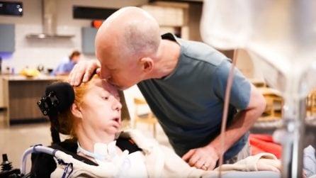 Sindrome locked-in, sua moglie non può più muoversi né parlargli: il loro amore sfida la malattia