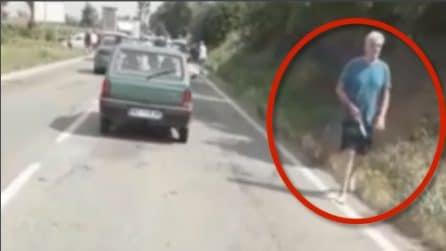 Omicidio Carmagnola, il killer si allontana pulendo il coltello