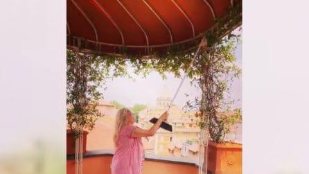 Mara Venier arrabbiatissima con i gabbiani: li caccia con la scopa