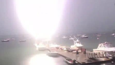 Fulmine colpisce una barca: quello che accade è impressionante