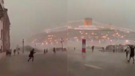 Venezia, le persone cercano riparo dalla pioggia incessante: il maltempo spaventoso