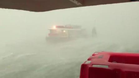 Maltempo Venezia, vaporetto in balia delle onde