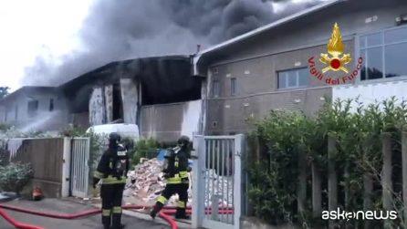 In fiamme deposito di rifiuti speciali nell'hinterland di Milano