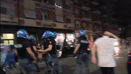 """Morto nel CPR: giornalista colpito e minacciato dalla polizia: """"Sparisci"""""""