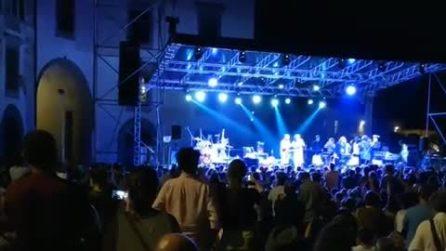 Pisa, contestazione degli studenti contro il Comune al concerto di Capossela