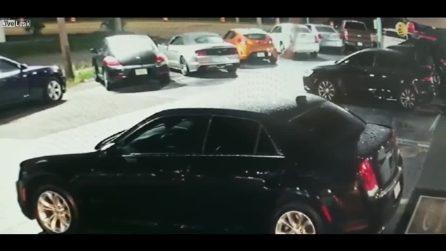 Trova l'auto gravemente danneggiata, poi scopre dalle telecamere cosa è successo