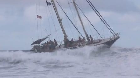 La barca a vela in balia delle onde: panico tra i turisti a bordo