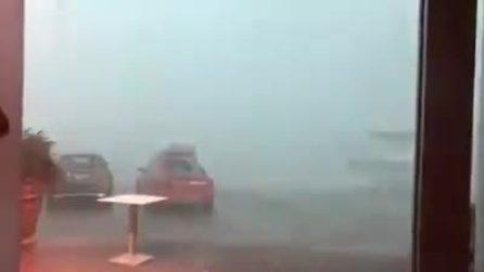 Maltempo Ancona, si riparano dalle raffiche di vento e riprendono lo scenario spaventoso