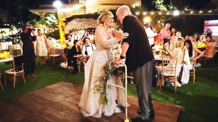 Balla in stampelle al matrimonio della figlia. Il Papà commuove il mondo con la forza dell'amore