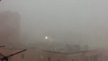 Maltempo a Taranto, il forte vento trascina in mare una gru