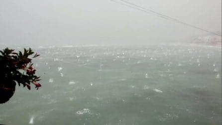 """Piccole """"esplosioni"""" in acqua: la grandine sembra un """"bombardamento"""" in mare"""