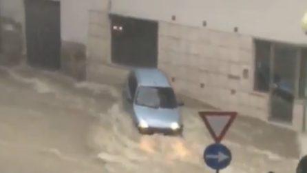 Auto trascinate via dall'acqua: situazione critica a Pescara