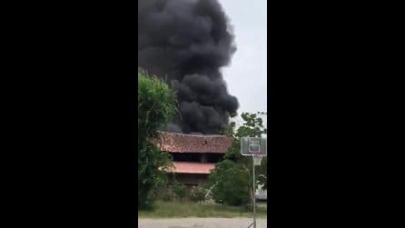 Spaventoso incendio in un deposito di auto: enorme nuvola nera