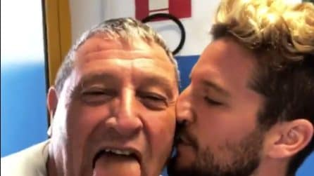 """Mertens arriva nel ritiro del Napoli e corre a salutare Tommaso Starace: """"Mi sei mancato"""""""