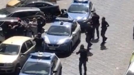 Pitbull azzanna poliziotto, agente gli spara e lo uccide