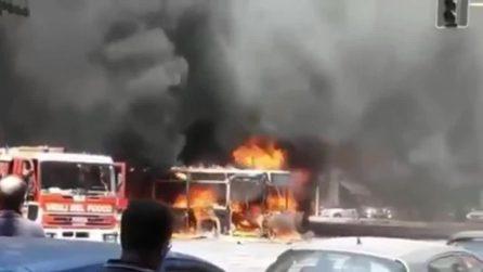 Roma, bus divorato dalle fiamme in piazza Cantù