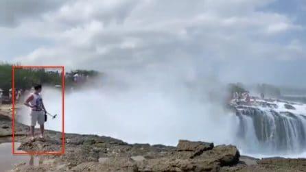 Davanti alla scogliera col selfie stick, l'onda gigante lo travolge: le immagini impressionanti
