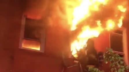 Prima l'esplosione e poi le fiamme: i vigili del fuoco le provano tutte per spegnere le fiamme
