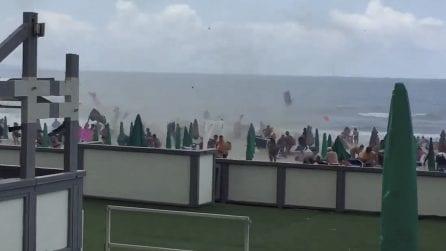 Tromba d'aria a Varcaturo, panico tra i bagnanti, lido spazzato via