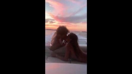 Baci romantici in barca: Belen e Stefano si godono il tramonto a Ibiza