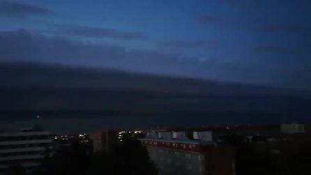 Una nuvola sembra inghiottire la città: il fenomeno della shelf cloud a Bologna