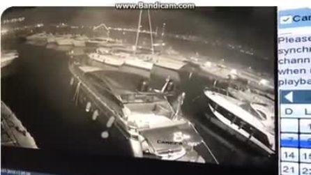 Napoli, i fuochi d'artificio da Castel dell'Ovo danneggiano le barche ormeggiate