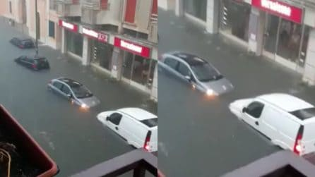 Maltempo, strade allagate e auto sommerse dall'acqua
