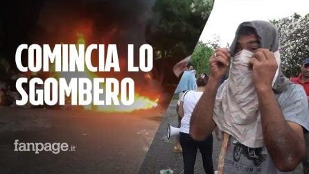 Sgombero a Roma: dopo una notte d'assedio barricate in fiamme e idranti