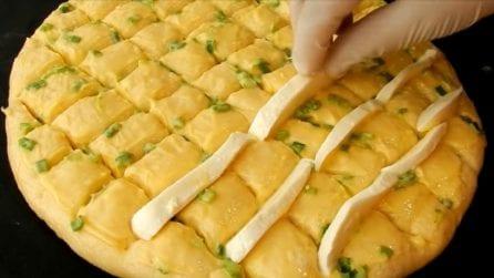 """Focaccia """"scacchi"""" ripiena al formaggio: a ricetta sfiziosa e piena di gusto"""