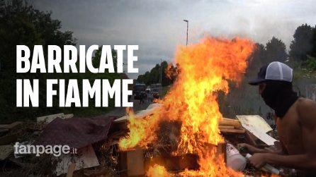 """Sgombero Roma, occupanti danno fuoco barricate: """"Prima gli italiani? Ora sono in mezzo alla strada"""""""
