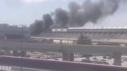 Ponticelli, incendio in un capannone: le immagini della nube di fumo nero su Napoli