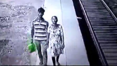 Una coppia si aggira in stazione e porta via un bambino: le immagini choc
